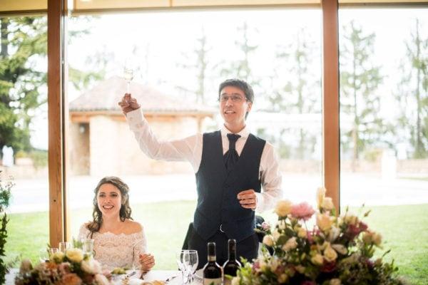 Giulia e Andrea brindano dopo incidente al matrimonio