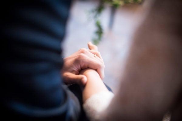 giulia tiene la mano allo sposo dopo incidente