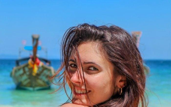 Giulia Lamarca con le barche della Thailandia