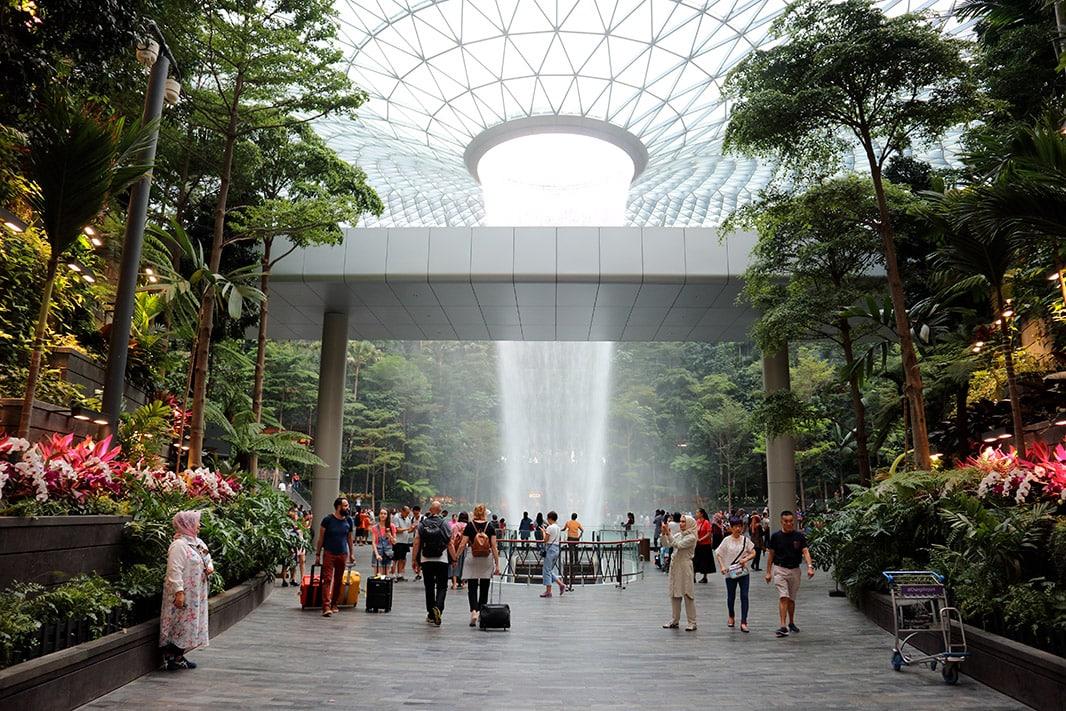 cascata al centro del chiangi airport di singapore
