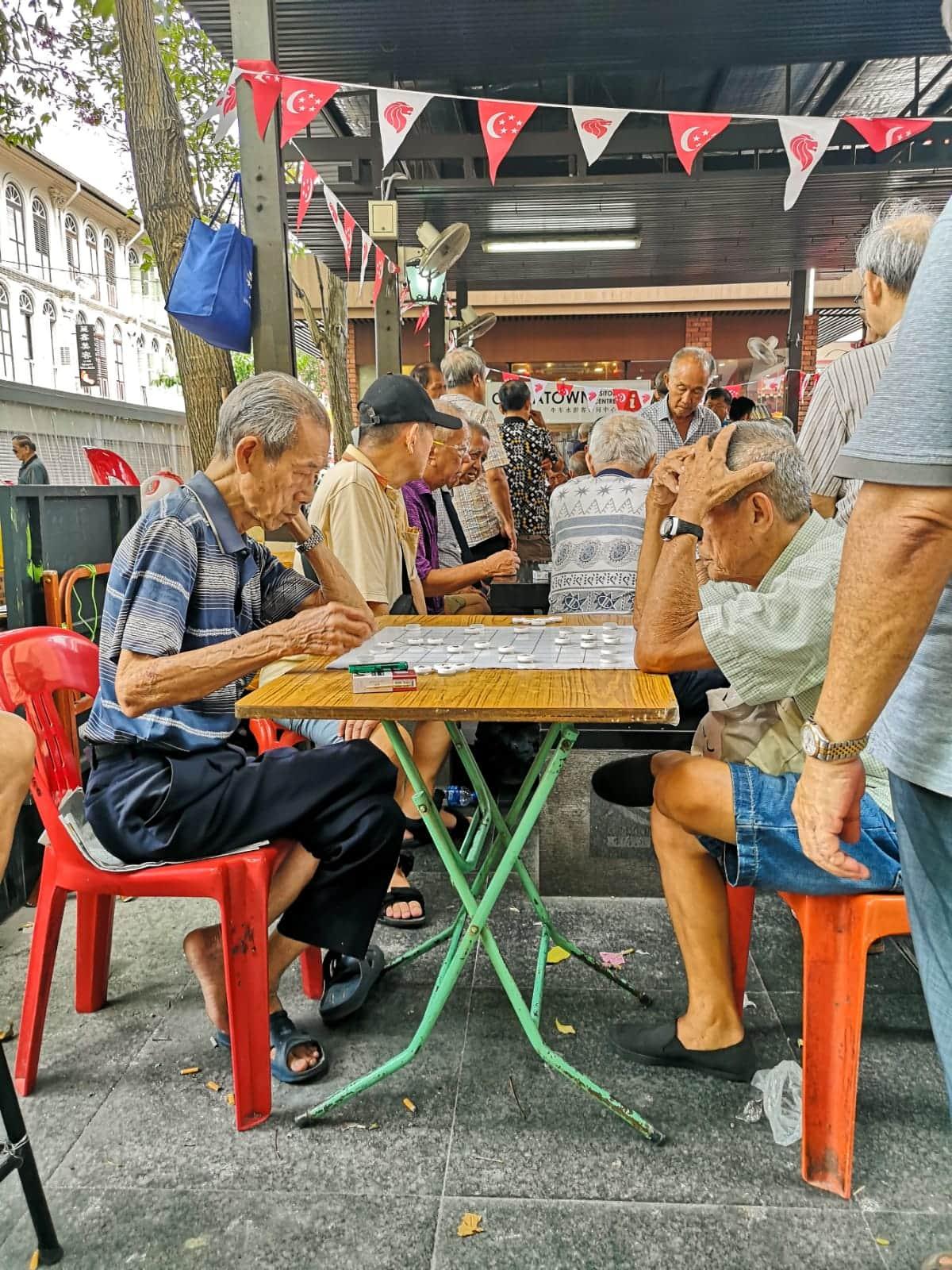 persone anziane giocano a dama cinese a chinatown, singapore