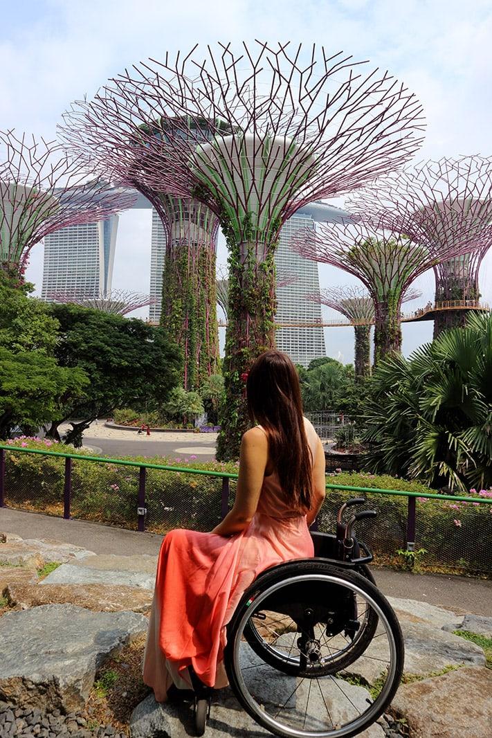 giulia di spalle guarda il supertree groove, singapore