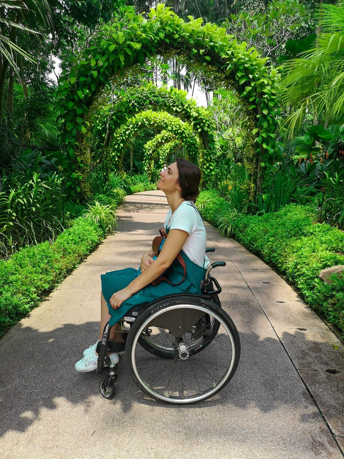 Giulia lamarca al botanic garden di singapore tra archi di piante