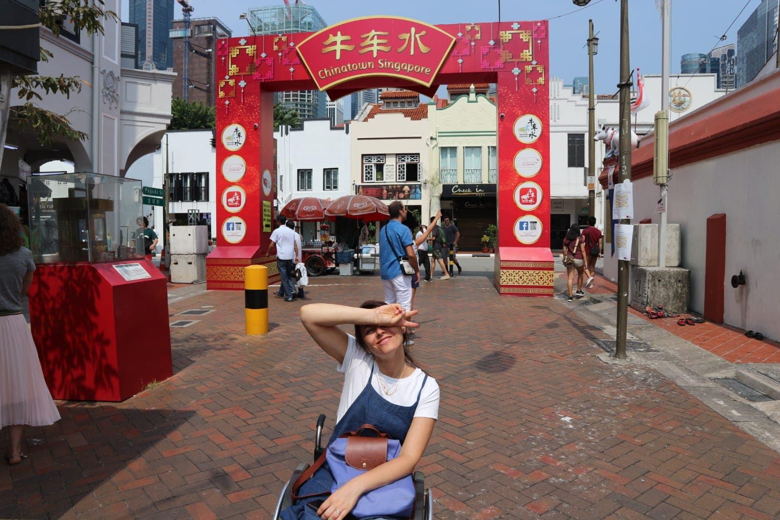 giulia lamarca all'ingresso di chinatown