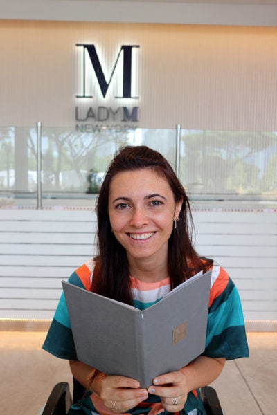Giulia Lamarca guarda il menu di Lady M, Singapore