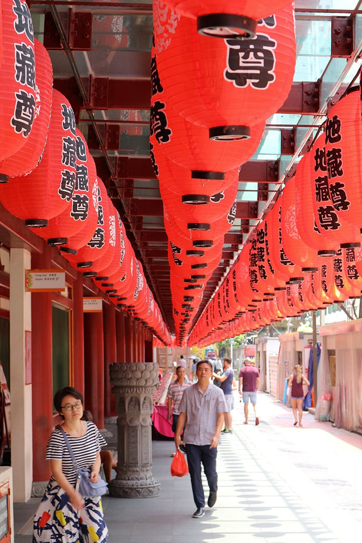 fila di lanterne rosse cinese a Singapore