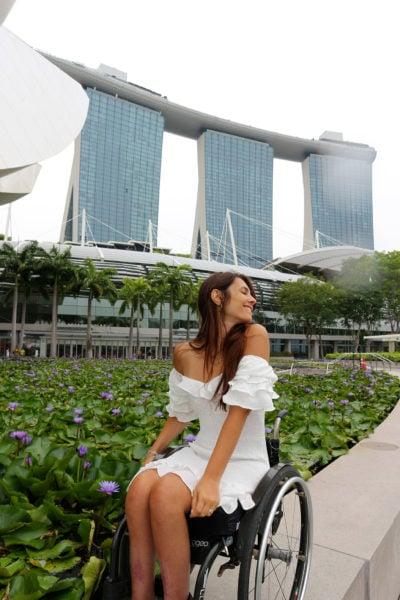 Giulia Lamarca con dietro l'artscience museum e il marina bay sands, singapore