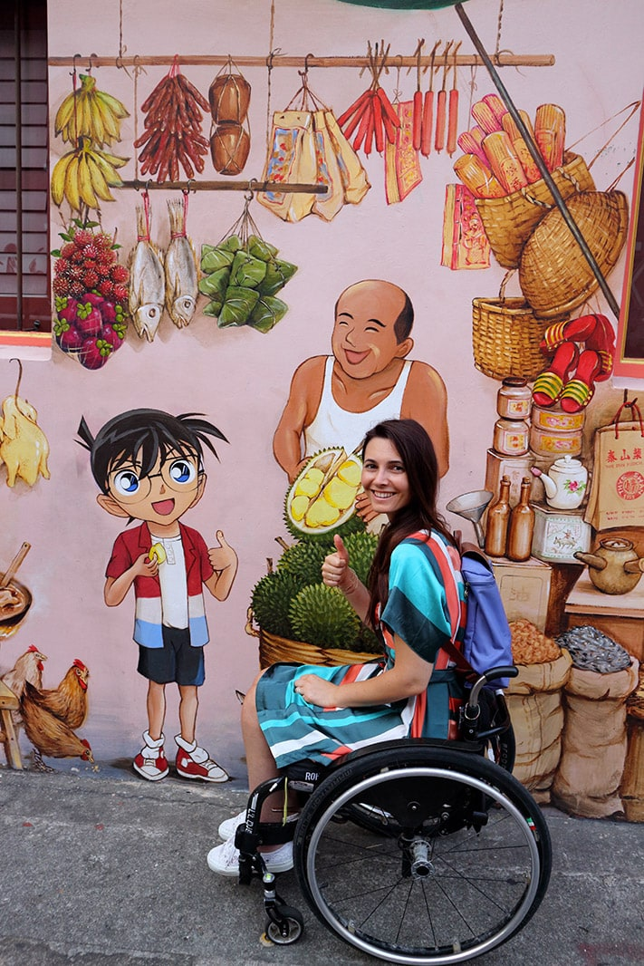 giulia lamarca vicino ad un murales del detective Conan