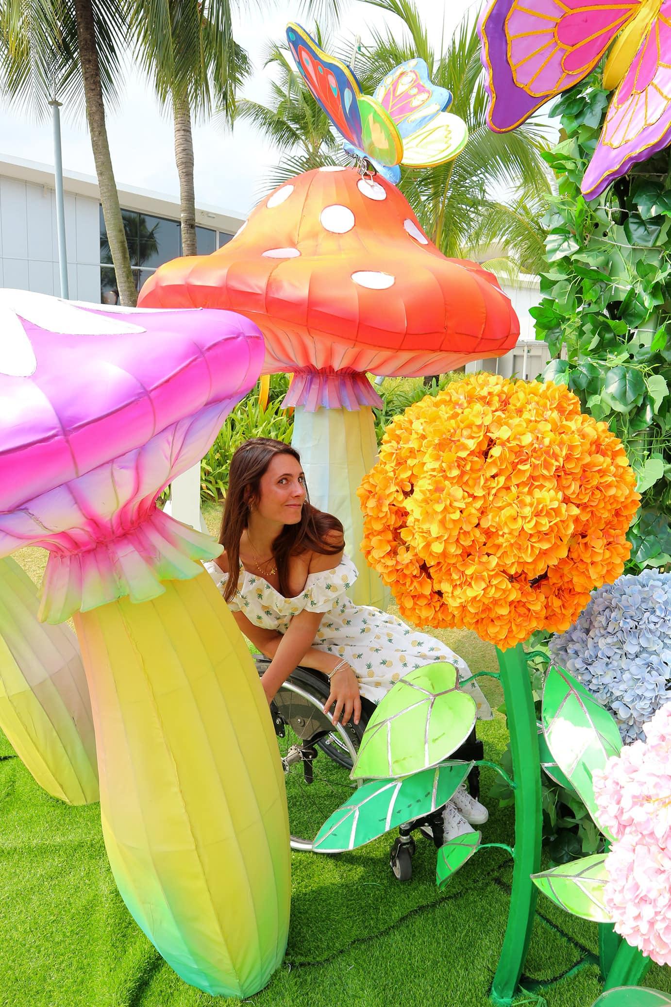 giulia lamarca si nascono tra funghi giganti in una scenografia di Alice nel paese delle meraviglie