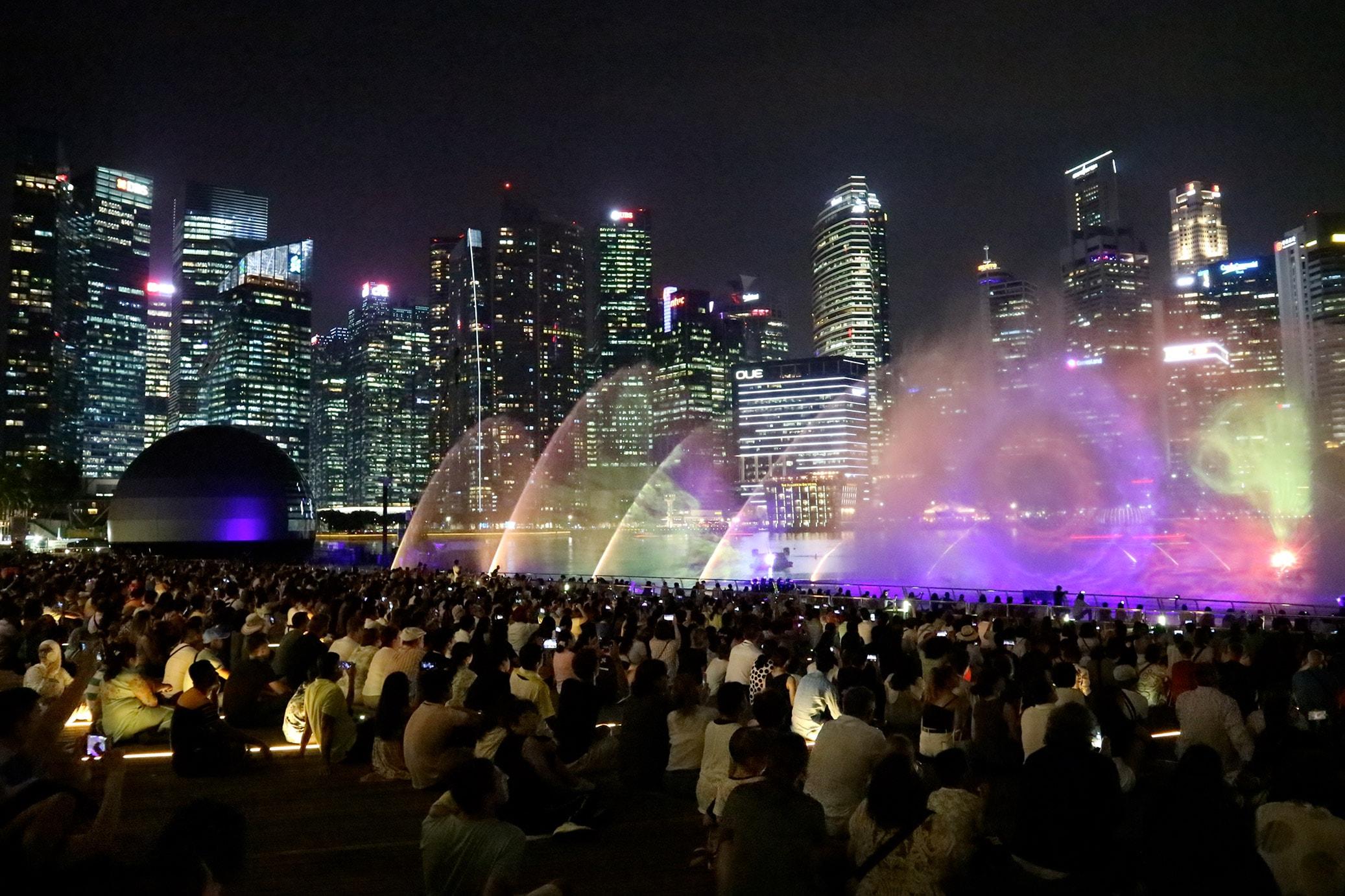 spettacolo di luci e fontane di notte