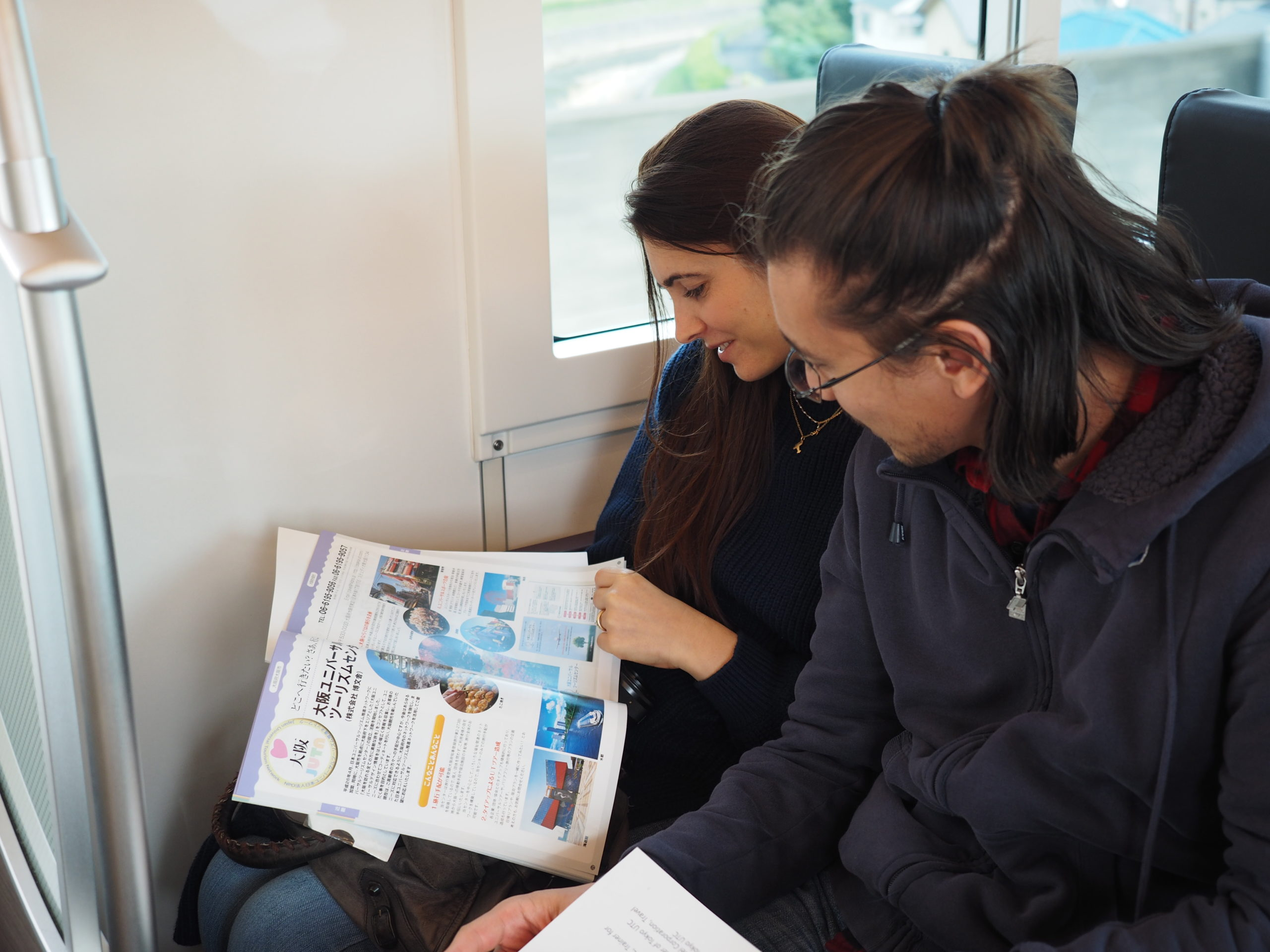 giulia e andrea sul treno in giappone